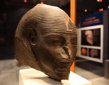 Голова египетского фараона Аменхотепа III, жившего во времена Нового царства 18 династии, выставлена на выставке в Египетском музее в Каире. Недавно в Луксоре, в Египте, внутри гробницы Аменхотепа III была обнаружена большая статуя Тота. Фото: Victoria HAZON/Getty Images