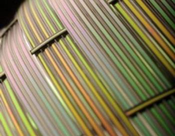 Исследователи Массачусетского технологического института продемонстрировали, что они могут создавать акустические волокна с плоскими поверхностями (как на рисунке), а также волокна с круглым поперечным сечением. Плоские волокна могут оказаться особенно полезными в акустических устройствах. Фото с сайта theepochtimes.com