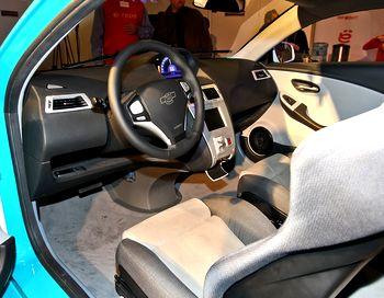 Ё-мобиль - кожа, алькантара, качественный, приятный на ощупь пластик… Тем не менее чувствуется налёт кустарщины, присущий большинству прототипов. Фото с сайта auto.mail.ru