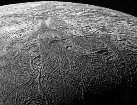 Станция Кассини приблизилась к спутнику Энцелад до 2.028 км. Фото 21 ноября 2009 г. Видна ледяная поверхность луны и трещины. Фото: NASA / JPL / SSI с сайта samosoboj.ru