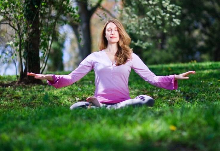 Последовательница Фалунь Дафа занимается медитацией. Фото: Jeff Nenarella/Epoch Times