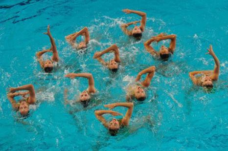 Синхронное плавание. Выступление в группах и в комбинациях на чемпионате Европы-2012. Синхронистки Греции. Фоторепортаж из Эйндховена. Фото: Clive Rose/Getty Images