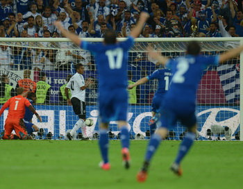 Греки, несмотря на проигрыш в четвертьфинале, очень довольны. Фото:  PATRIK STOLLARZ/AFP/GettyImages