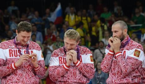 Сборная России по волейболу празднует победу. Фоторепортаж. Фото: ALBERTO PIZZOLI/AFP/GettyImages
