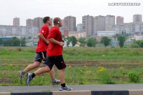 Михаил Заяц и Федор Емельяненко бегут по Старому Осколу. Фото с сайта mixfight.ru