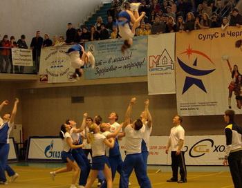 Черлидеры выполнят сальто без Плющенко. Фото с сайта cheerleading.spb.ru