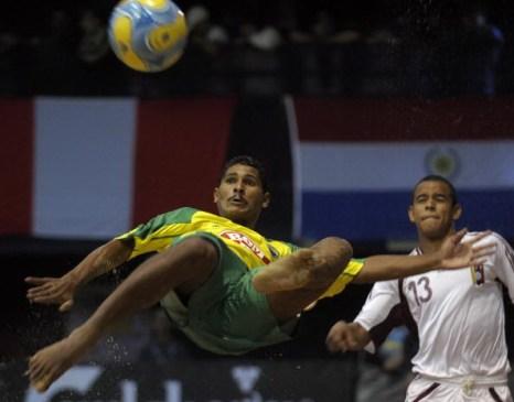 Чемпионата мира Пляжного Футбола ФИФА в Буэнос-Айресе 26 апреля 2008. Бразилия победила 8-3. Фото: Juan MABROMATA/AFP/Getty Images