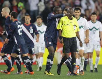 Малийский арбитр Коман Кулибали (Ц) в матче  Словения - США Фото: Ezra SHAW/Getty Images
