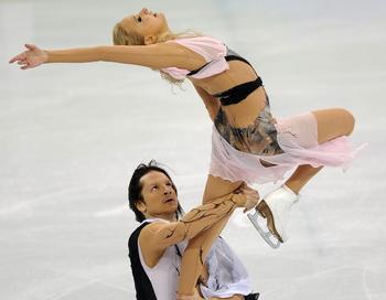 Оксана Домнина и Максим Шабалин завоевали бронзовую медаль в  танцах на льду. Фото: Vincenzo PINTO/AFP/Getty Images