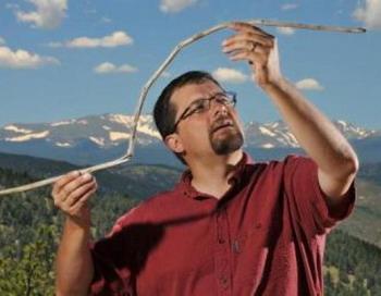 Доисторический  охотничий дротик: Крэйг Ли, научный сотрудник из университета Колорадо, держит  10 000-летний метательный дротик, который был заморожен в леднике вблизи Йеллоустонского национального парка. Фото с сайта theepochtimes.com