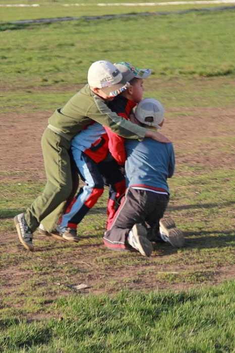 Серьезная борьба разворачивается в игре регби. Фото: Сергей Лучезарный/Великая Эпоха (The Epoch Times)