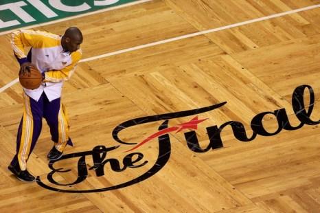 Коби Брайант разогревается перед игрой. Фото: Jim ROGASH/Getty Images