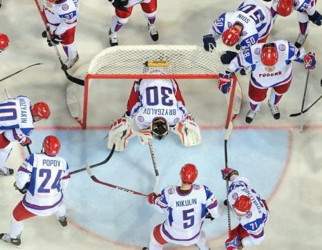 Российская сборная на встрече России и Словакии в матче отборочного тура ЧМ по хоккею. Фото: ALEXANDER NEMENOV/AFP/Getty Images