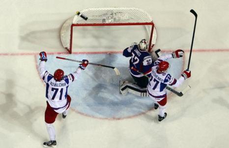 Илья Ковальчук празднует первый гол команды на встрече России и Словакии в матче отборочного тура ЧМ по хоккею. Фото: Martin Rose/Bongarts/Getty Images
