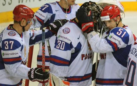 Российские игроки поздравляют вратаря Илью Брызгалова с победой на встрече России и Словакии в матче отборочного тура ЧМ по хоккею. Фото: ALEXANDER NEMENOV/AFP/Getty Images