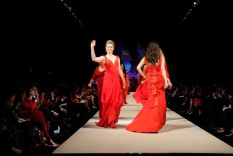 Коллекция вечерних красных платьев от Marchesa на показе Heart Truth в Гаммерштейне. Фоторепортаж. Фото: Frazer Harrison/Getty Images for Heart Truth
