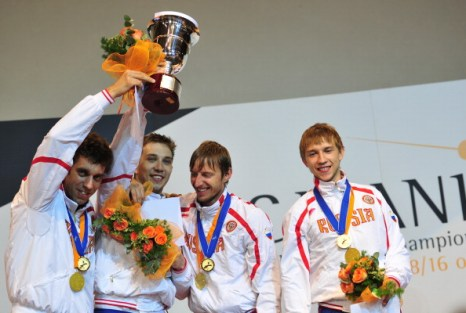 Российская мужская сборная выиграла золото в соревнованиях на саблях. Фоторепортаж с ЧМ по фехтованию в Катании. Фото: GIUSEPPE CACACE /MARCELLO PATERNOSTRO/AFP/Getty Images