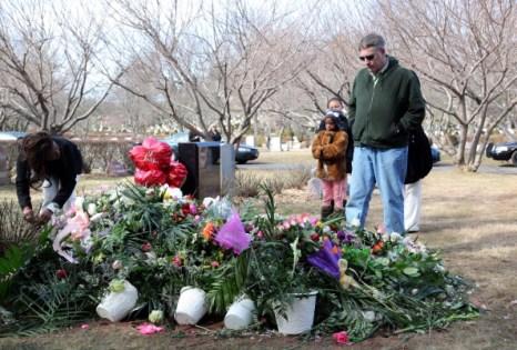 На могилу  Уитни Хьюстон  поклонники все еще приносят цветы.  Фоторепортаж. Фото: Paul Zimmerman/Getty Images