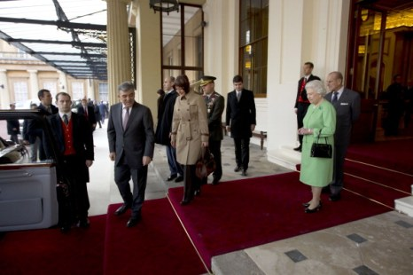 Королева Елизавета II и принц Филипп попрощались с президентом Турции и его супругой. Фото: Matt Dunham - WPA Pool
