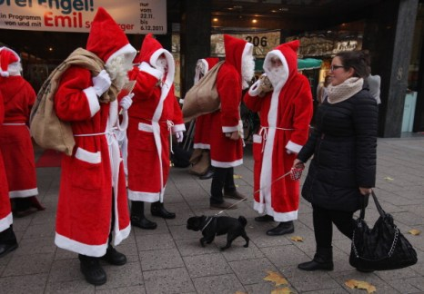 Деды Морозы и ангелы на улицах Берлина. Фото: Sean Gallup/Getty Images