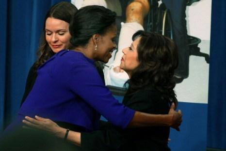 Совместно с миссис Обамой на пресс-конференции выступила секретарь Министерство труда Хильда Солис. Фоторепортаж. Фото: Mark Wilson/Getty Images