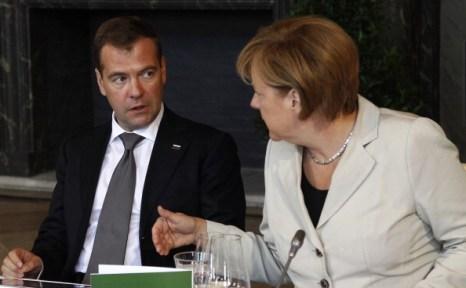 Медведев и Меркель в Гановере приняли участие в российско-германских консультациях  и в «Петербургском диалоге». Фото: JOHN MACDOUGALL / ODD ANDERSEN /VLADIMIR RODIONOV/AFP/Getty Images