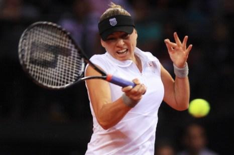 Вера Звонарева в Штутгарте за матч сменила восемь ракеток. Фото:   Alex Grimm/Bongarts/Getty Images