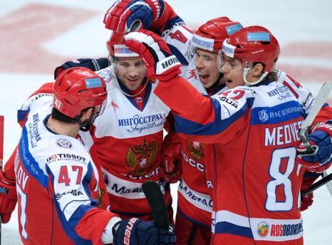 Команда поздравляет Павла Дацюка с забитым голом. Фото: ALEXANDER NEMENOV/AFP/Getty Images
