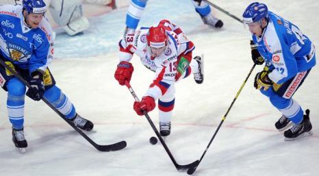 Илари Меларт (L) и Тони Кяхкёнен (R) пытаются остановить Павла Дацюка во время матча Россия-Финляндия. Фото: ALEXANDER NEMENOV/AFP/Getty Images
