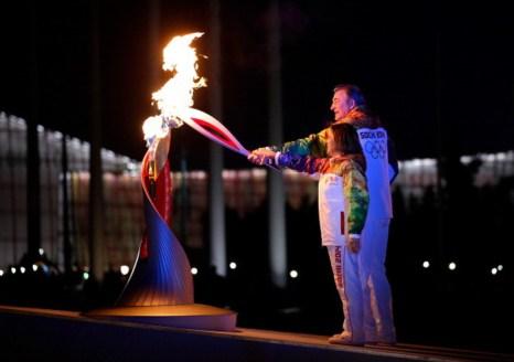 Олимпийский огонь зажгли Владислав Третьяк и Ирина Роднина. Фото: Matt Slocum - Pool/Getty Images