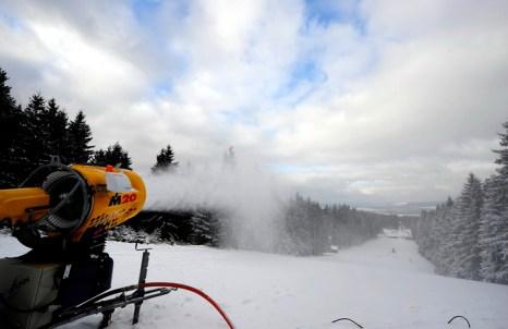Для изготовления снега решено использовать более дешёвые американские пушки, которые производят снег при температуре минус 2 градуса и этого достаточно, как считают специалисты. Фото: TORSTEN SILZ/AFP/Getty Images