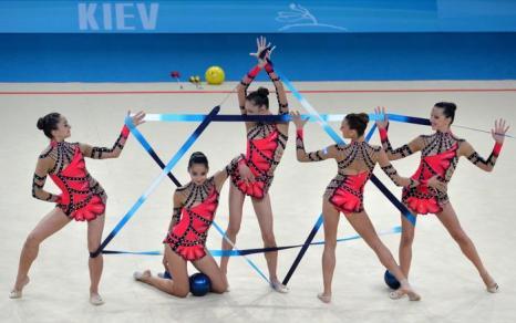Выступление израильской команды по художественной гимнастике на чемпионате мира в Киеве 31 августа 2013 года. Фото: SERGEI SUPINSKY/AFP/Getty Images