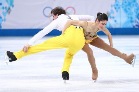 Стефания Бертон и Ондрей Хотарек из Италии выступают в короткой программе на Олимпийских играх в Сочи 6 февраля 2014 года. Фото: Clive Mason/Getty Images
