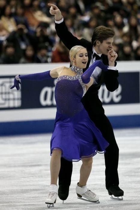 Анна Яновская и Сергей Мозгов продолжили борьбу за лидерство среди танцоров в финале Гран-при по фигурному катанию в Фукуоке 7 декабря 2013 года. Фото: Chris McGrath / Getty Images