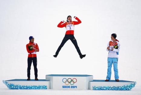 Эрик Френзел из Германии стал победителем пятого дня Олимпиады 2014 в лыжном беге на 10 километров. Фото: Al Bello/Getty Images