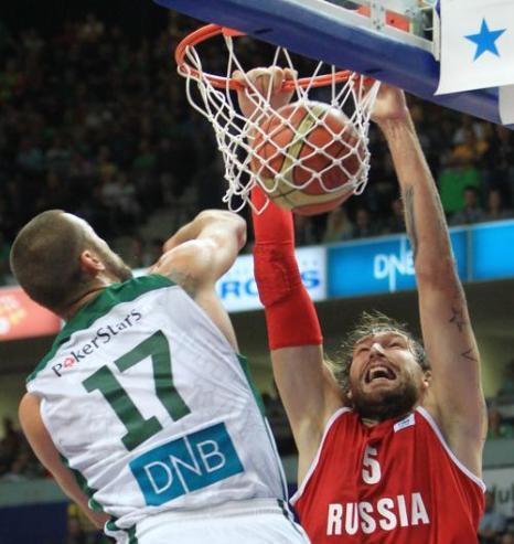 Баскетбольная сборная России проиграла в товарищеском матче литовским спортсменам со счётом 82:51. Матч прошёл в Вильнюсе 22 августа 2013 года. Фото: PETRAS MALUKAS/AFP/Getty Images