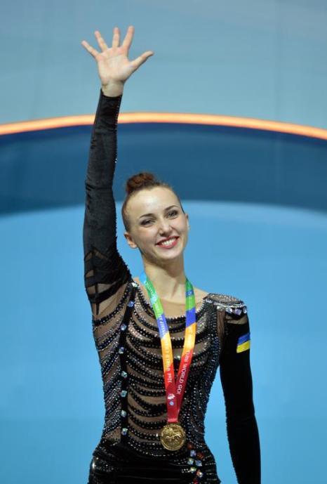 В программе с обручем россиянки уступили первое место украинской гимнастке Анне Ризатдиновой на чемпионате мира по художественной гимнастике в Киеве 28 августа 2013 года. Фото: SERGEI SUPINSKY/AFP/Getty Images