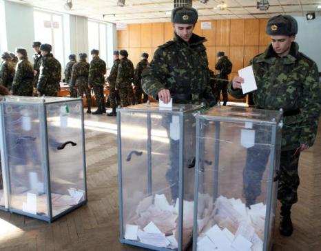 Результаты экзит-полов ожидают сразу после завершения голосования. Фото: VIKTOR DRACHEV/AFP/Getty Images