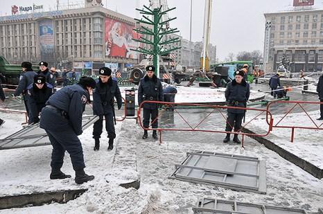 Сотрудники МВД устанавливают металлические щиты вокруг площади Независимости. Фото: Владимир Бородин/The Epoch Times Украина