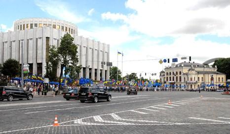 Эскорт президента Украины Виктора Януковича, приехавшего для встречи со СМИ в