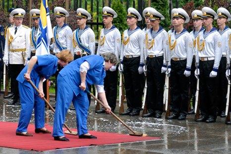 Подготовка к встрече президента Российской Федерации в Администрации президента в Киеве 17 мая 2010 года. Фото: Владимир Бородин/The Epoch Times