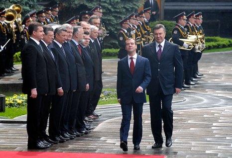 Президент Украины Виктор Янукович и президент РФ Дмитрий Медведев на официальной церемонии встречи Президента Российской Федерации в Киеве 17 мая. Фото: Владимир Бородин/The Epoch Times