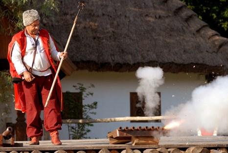 Казак стреляет из пушки на международном рыцарском турнире «Сабля Казака Мамая» в Киеве 9 июля 2010 года. Фото: Владимир Бородин/The Epoch Times
