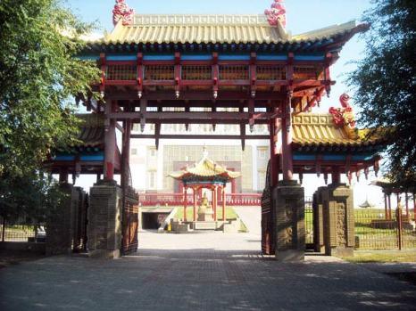 Один из четырех входов в  Хурул Золотую Обитель Будды Шакьямуни , всегда открыт для   паломников и туристов.  Фото:  Великая Эпоха