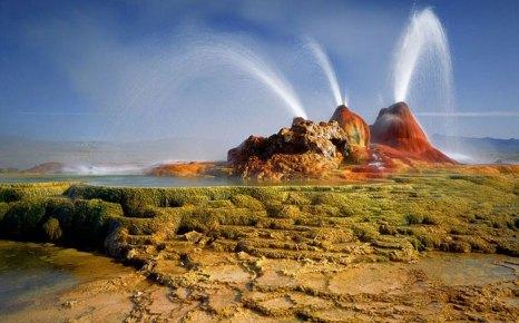 «Чёрная пустыня» в американском штате Невада является частью высохшего доисторического озера Лаонтан, которое существовало 18 тысяч лет до нашей эры. Горячие гейзеры и песок, окрашенный в черный цвет, притягивает сотни туристов со всего мира. Фото: animalworld.com.ua