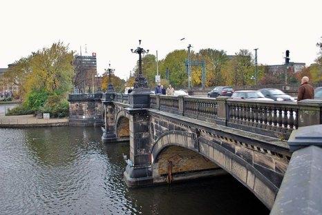 Lombardsbrucke, комбинированный уличный и железнодорожный мост, разделивший собой внутренний и внешний Альстер, чрезвычайно важный для всей системы городского транспорта. Фото: Наталия19/commons.wikimedia.org