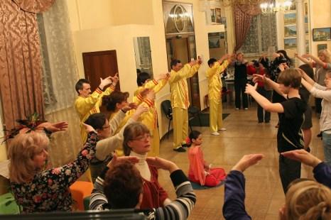 Коллективное  выполнение упражнений  системы Фалунь  Дафа. Фото: Николай Ошкай/Великая Эпоха (The Epoch Times)