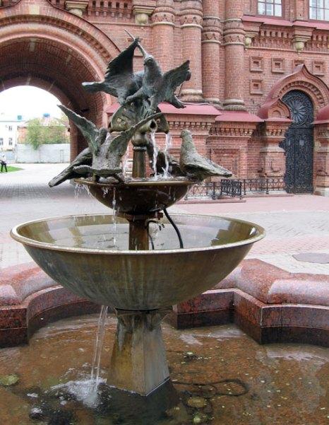 Фонтан с голубями установлен на главной пешеходной улице Казани. Фото: Великая Эпоха (The Epoch Times)