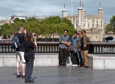 Туристы фотографируются на память. фото: WILL OLIVER/AFP/GettyImages