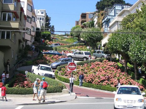 Ломбард-стрит — вьющаяся улица в калифорнийском городе Сан-Франциско. Получила известность благодаря своей изогнутой форме, которая помогает сгладить 27% уклон, на котором она расположена. фото: Ramgeis/commons.wikimedia.org